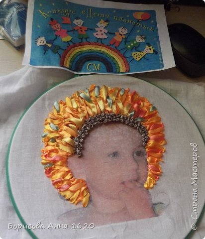 """Здравствуйте, жители Страны Мастеров. Представляю свою работу в технике вышивка лентами. Тема """"Дети - цветы жизни"""" меня сразу заинтересовала, тем более этот """"цветочек"""" каждый день под ногами вертится. Долго думала - крутила, и пришла к выводу, что хочу портрет дочки вышить.И началась работа. фото 5"""
