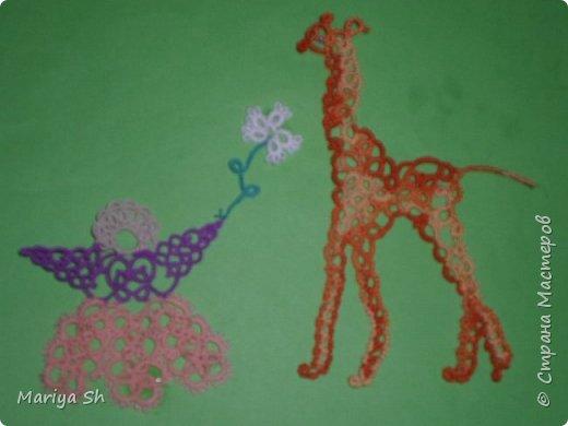 """Добрый день, мастера и мастерицы сайта """"Страны мастеров""""! Вспомнила стихи Н. Гумилева про жирафа и поэтому на данный конкурс я решила сделатьв технике фриволите девочку Милу и жирафа Сеню. Мила протягивает жирафу цветок и жираф готов """"танцевать"""" от восторга... фото 1"""