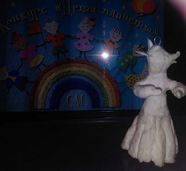 """Здравствуйте,друзья!Сегодня хочу показать вам ёлочную игрушку, которая сделана из ваты. Одной из первой сказкой которую многие рассказывают своим детям является сказка Колобок. Сказка про Колобка встречается в русском и украинском фольклоре ,а так же имеет аналоги в сказках других народов:американская""""пряничный человечек"""",английская """"Джони-пончик.Сюжет также встречается в скандинавских,немецких,узбекских,татарских и других сказках.    фото 4"""