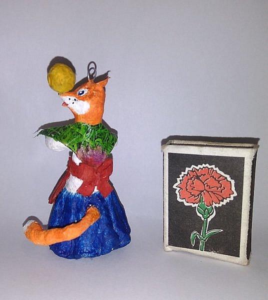 """Здравствуйте,друзья!Сегодня хочу показать вам ёлочную игрушку, которая сделана из ваты. Одной из первой сказкой которую многие рассказывают своим детям является сказка Колобок. Сказка про Колобка встречается в русском и украинском фольклоре ,а так же имеет аналоги в сказках других народов:американская""""пряничный человечек"""",английская """"Джони-пончик.Сюжет также встречается в скандинавских,немецких,узбекских,татарских и других сказках.    фото 15"""