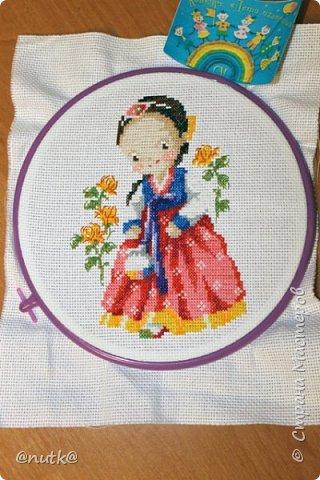 Вот и моя конкурсная работа!Обожаю Южную Корею!Особенно её историю,вот и решила создать картины и саше с такими милыми девочками в национальных корейских нарядах - ханбок. Ханбок — национальный традиционный костюм жителей Кореи. Ханбок часто шьют из ярких одноцветных тканей, это одежда для официальных и полуофициальных приёмов, фестивалей и празднеств. фото 9