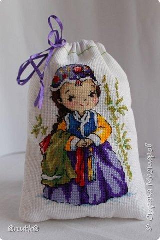 Вот и моя конкурсная работа!Обожаю Южную Корею!Особенно её историю,вот и решила создать картины и саше с такими милыми девочками в национальных корейских нарядах - ханбок. Ханбок — национальный традиционный костюм жителей Кореи. Ханбок часто шьют из ярких одноцветных тканей, это одежда для официальных и полуофициальных приёмов, фестивалей и празднеств. фото 15