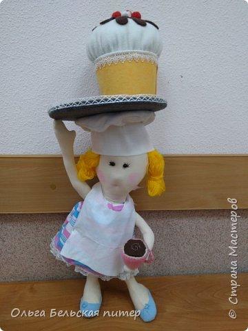 Добрый день, дорогие мастерицы! Вот работа сделанная Соней специально на конкурс. Девочка любит готовить и учиться печь всякие вкусности. И поэтому когда я предложила тему конкурса, Соня сразу придумала эту поделку. Сделала очень быстро. Работу брала домой и шила дома. Сама кукла предполагается использовать как украшение интерьера и как конфетчица.  фото 1