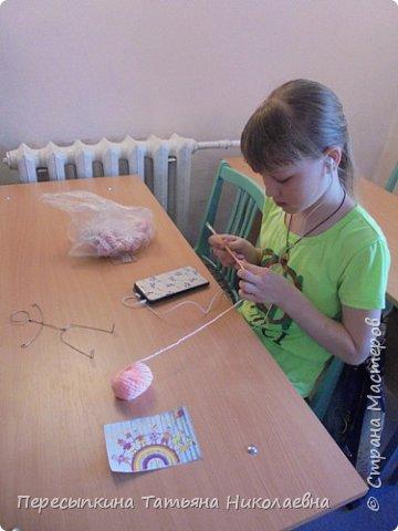 Меня зовут Настя, а мою подругу Аня. Мы уже не первый год учимся вязать. Вот и решили поучаствовать в конкурсе. Решили так, я вяжу куклу, а Аня игрушку для неё. А почему Мишку? Да потому, что это любимая игрушка всех детей планеты. фото 2