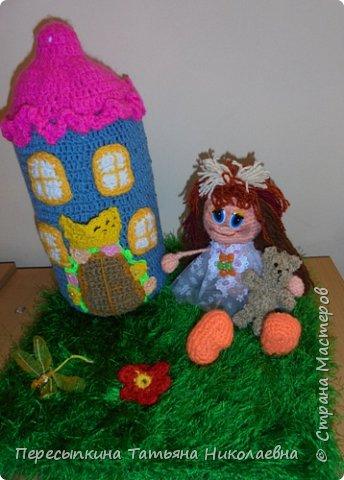 Меня зовут Настя, а мою подругу Аня. Мы уже не первый год учимся вязать. Вот и решили поучаствовать в конкурсе. Решили так, я вяжу куклу, а Аня игрушку для неё. А почему Мишку? Да потому, что это любимая игрушка всех детей планеты. фото 1