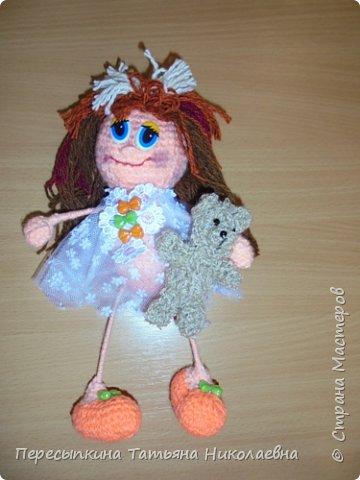Меня зовут Настя, а мою подругу Аня. Мы уже не первый год учимся вязать. Вот и решили поучаствовать в конкурсе. Решили так, я вяжу куклу, а Аня игрушку для неё. А почему Мишку? Да потому, что это любимая игрушка всех детей планеты. фото 11