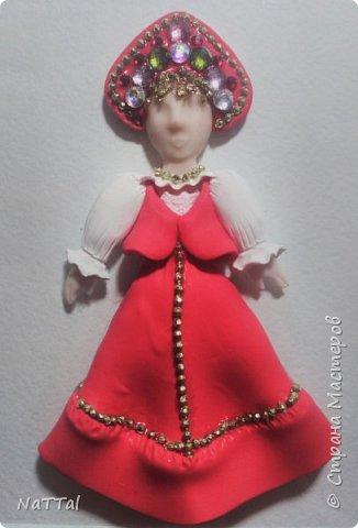 Здравствуйте все! Мне очень нравится образ русской девушки. В ее образе меня привлекает множество декоративных элементов: бусы, украшенный камнями кокошник, позолота на сарафане и т.д.. Все это органично смотрится с простой белой рубахой, украшенной витиеватыми узорами и красным сарафаном. фото 4
