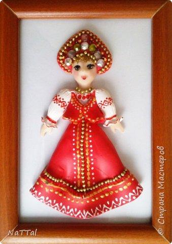 Здравствуйте все! Мне очень нравится образ русской девушки. В ее образе меня привлекает множество декоративных элементов: бусы, украшенный камнями кокошник, позолота на сарафане и т.д.. Все это органично смотрится с простой белой рубахой, украшенной витиеватыми узорами и красным сарафаном. фото 1