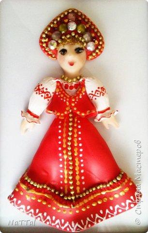 Здравствуйте все! Мне очень нравится образ русской девушки. В ее образе меня привлекает множество декоративных элементов: бусы, украшенный камнями кокошник, позолота на сарафане и т.д.. Все это органично смотрится с простой белой рубахой, украшенной витиеватыми узорами и красным сарафаном. фото 6