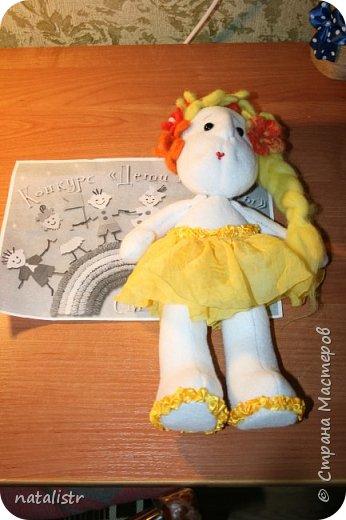 """Здравствуйте, уважаемые жители Страны Мастеров! Мы с мамой решили поучаствовать в вашем конкурсе, и  выбрали номинацию """"Зеленая планета"""". Сшили с мамой куклу мы,  Новую игрушку,  В жёлтом сарафанчике  Славную девчушку  фото 1"""