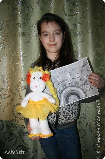 """Здравствуйте, уважаемые жители Страны Мастеров! Мы с мамой решили поучаствовать в вашем конкурсе, и  выбрали номинацию """"Зеленая планета"""". Сшили с мамой куклу мы,  Новую игрушку,  В жёлтом сарафанчике  Славную девчушку  фото 7"""