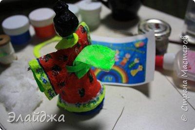 """Дорогие жители Страны Мастеров! Представляю новую свою работу в рамках конкурса. Елочная игрушка """" Kumiko""""  - в переводе с Японского  Вечно прекрасная. В Японии настоящие японки носили  кимоно. Превратиться в майко (так называют девушек, которые проходят обучение профессии гейши) совсем непросто. И это я говорю не про процесс обучения, который занимает несколько лет . Но даже простой макияж (который, на самом деле, совсем непростой, а требует феноменального владения искусством грима) и одевание занимают около двух часов.В отличие от гейши, майко выбеливают свои лица, поэтому макияж делается до того, как надевается кимоно – чтобы не запачкать последнее.  . фото 4"""