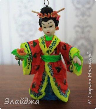 """Дорогие жители Страны Мастеров! Представляю новую свою работу в рамках конкурса. Елочная игрушка """" Kumiko""""  - в переводе с Японского  Вечно прекрасная. В Японии настоящие японки носили  кимоно. Превратиться в майко (так называют девушек, которые проходят обучение профессии гейши) совсем непросто. И это я говорю не про процесс обучения, который занимает несколько лет . Но даже простой макияж (который, на самом деле, совсем непростой, а требует феноменального владения искусством грима) и одевание занимают около двух часов.В отличие от гейши, майко выбеливают свои лица, поэтому макияж делается до того, как надевается кимоно – чтобы не запачкать последнее.  . фото 2"""