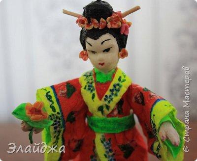 """Дорогие жители Страны Мастеров! Представляю новую свою работу в рамках конкурса. Елочная игрушка """" Kumiko""""  - в переводе с Японского  Вечно прекрасная. В Японии настоящие японки носили  кимоно. Превратиться в майко (так называют девушек, которые проходят обучение профессии гейши) совсем непросто. И это я говорю не про процесс обучения, который занимает несколько лет . Но даже простой макияж (который, на самом деле, совсем непростой, а требует феноменального владения искусством грима) и одевание занимают около двух часов.В отличие от гейши, майко выбеливают свои лица, поэтому макияж делается до того, как надевается кимоно – чтобы не запачкать последнее.  . фото 6"""