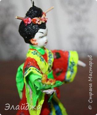 """Дорогие жители Страны Мастеров! Представляю новую свою работу в рамках конкурса. Елочная игрушка """" Kumiko""""  - в переводе с Японского  Вечно прекрасная. В Японии настоящие японки носили  кимоно. Превратиться в майко (так называют девушек, которые проходят обучение профессии гейши) совсем непросто. И это я говорю не про процесс обучения, который занимает несколько лет . Но даже простой макияж (который, на самом деле, совсем непростой, а требует феноменального владения искусством грима) и одевание занимают около двух часов.В отличие от гейши, майко выбеливают свои лица, поэтому макияж делается до того, как надевается кимоно – чтобы не запачкать последнее.  . фото 8"""