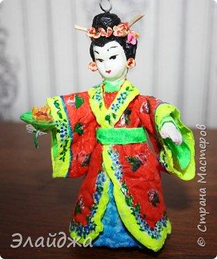 """Дорогие жители Страны Мастеров! Представляю новую свою работу в рамках конкурса. Елочная игрушка """" Kumiko""""  - в переводе с Японского  Вечно прекрасная. В Японии настоящие японки носили  кимоно. Превратиться в майко (так называют девушек, которые проходят обучение профессии гейши) совсем непросто. И это я говорю не про процесс обучения, который занимает несколько лет . Но даже простой макияж (который, на самом деле, совсем непростой, а требует феноменального владения искусством грима) и одевание занимают около двух часов.В отличие от гейши, майко выбеливают свои лица, поэтому макияж делается до того, как надевается кимоно – чтобы не запачкать последнее.  . фото 1"""