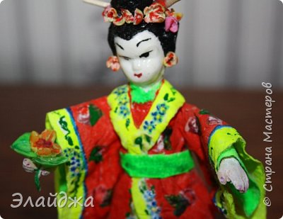 """Дорогие жители Страны Мастеров! Представляю новую свою работу в рамках конкурса. Елочная игрушка """" Kumiko""""  - в переводе с Японского  Вечно прекрасная. В Японии настоящие японки носили  кимоно. Превратиться в майко (так называют девушек, которые проходят обучение профессии гейши) совсем непросто. И это я говорю не про процесс обучения, который занимает несколько лет . Но даже простой макияж (который, на самом деле, совсем непростой, а требует феноменального владения искусством грима) и одевание занимают около двух часов.В отличие от гейши, майко выбеливают свои лица, поэтому макияж делается до того, как надевается кимоно – чтобы не запачкать последнее.  . фото 12"""