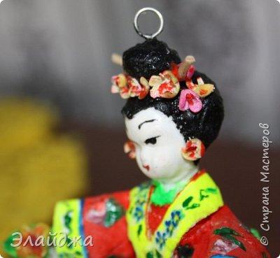 """Дорогие жители Страны Мастеров! Представляю новую свою работу в рамках конкурса. Елочная игрушка """" Kumiko""""  - в переводе с Японского  Вечно прекрасная. В Японии настоящие японки носили  кимоно. Превратиться в майко (так называют девушек, которые проходят обучение профессии гейши) совсем непросто. И это я говорю не про процесс обучения, который занимает несколько лет . Но даже простой макияж (который, на самом деле, совсем непростой, а требует феноменального владения искусством грима) и одевание занимают около двух часов.В отличие от гейши, майко выбеливают свои лица, поэтому макияж делается до того, как надевается кимоно – чтобы не запачкать последнее.  . фото 13"""