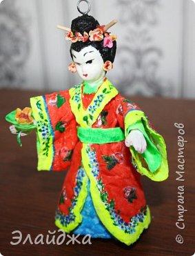 """Дорогие жители Страны Мастеров! Представляю новую свою работу в рамках конкурса. Елочная игрушка """" Kumiko""""  - в переводе с Японского  Вечно прекрасная. В Японии настоящие японки носили  кимоно. Превратиться в майко (так называют девушек, которые проходят обучение профессии гейши) совсем непросто. И это я говорю не про процесс обучения, который занимает несколько лет . Но даже простой макияж (который, на самом деле, совсем непростой, а требует феноменального владения искусством грима) и одевание занимают около двух часов.В отличие от гейши, майко выбеливают свои лица, поэтому макияж делается до того, как надевается кимоно – чтобы не запачкать последнее.  . фото 14"""