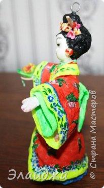 """Дорогие жители Страны Мастеров! Представляю новую свою работу в рамках конкурса. Елочная игрушка """" Kumiko""""  - в переводе с Японского  Вечно прекрасная. В Японии настоящие японки носили  кимоно. Превратиться в майко (так называют девушек, которые проходят обучение профессии гейши) совсем непросто. И это я говорю не про процесс обучения, который занимает несколько лет . Но даже простой макияж (который, на самом деле, совсем непростой, а требует феноменального владения искусством грима) и одевание занимают около двух часов.В отличие от гейши, майко выбеливают свои лица, поэтому макияж делается до того, как надевается кимоно – чтобы не запачкать последнее.  . фото 10"""