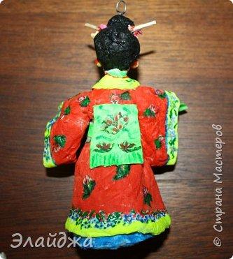 """Дорогие жители Страны Мастеров! Представляю новую свою работу в рамках конкурса. Елочная игрушка """" Kumiko""""  - в переводе с Японского  Вечно прекрасная. В Японии настоящие японки носили  кимоно. Превратиться в майко (так называют девушек, которые проходят обучение профессии гейши) совсем непросто. И это я говорю не про процесс обучения, который занимает несколько лет . Но даже простой макияж (который, на самом деле, совсем непростой, а требует феноменального владения искусством грима) и одевание занимают около двух часов.В отличие от гейши, майко выбеливают свои лица, поэтому макияж делается до того, как надевается кимоно – чтобы не запачкать последнее.  . фото 9"""