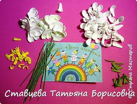 Добрый день или вечер, Страна мастеров! Мы хотим рассказать Вам одну на наш взгляд поучительную сказку для малышей и не только, придуманную нами.  Как-то раз ранней весной одна юная крымчанка   решила сходить в лес и нарвать корзинку первых весенних цветов. Одни за другими в Крымских  горных лесах  расцветают прекрасные создания природы:  и подснежники, и пролески, и крокусы разных видов, и примула и многие другие  цветы. Девочка так увлеклась любованием природной красоты, что не заметила, как оказалась на чудо - полянке. И перед её глазами как будто из маленького белоснежного  цветка появилась Волшебная Фея. В руках она держала лейку, из которой, будто ручьём, вытекали сказочно красивые цветы, и полянка сразу ожила и засверкала различными природными красками. Девочка попросила  у Феи разрешения  нарвать немного  цветов в свою корзинку. А Волшебная Фея улыбнулась в ответ и  сказала:  «Как прекрасен этот мир                              – посмотри! Ты весенних первоцветов                                      – не губи! И тогда наш шар земной                                 зацветёт, Будто встанут все цветы в                                  хоровод!» Это была Фея Первоцветов, которая сажала цветы и ухаживала за ними на нашей самой прекрасной Планете – Земля.  И тогда  девочка поняла, что если каждый гость леса будет рвать для себя даже самый малый букетик, то наши полянки, леса и луга опустеют и всему Живому на Земле станет очень  грустно!  И юная девочка для себя решила, что, немного пофантазировав,  можно сделать красивые цветы из любого материала – из бумаги, ткани,  ракушек,  фоамирана и порадовать своих близких такими замечательными букетами!   фото 16