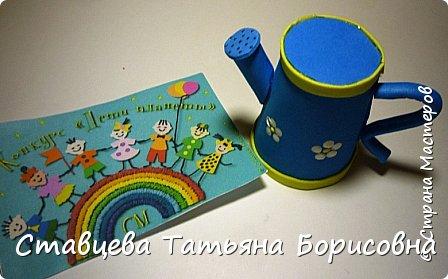 Добрый день или вечер, Страна мастеров! Мы хотим рассказать Вам одну на наш взгляд поучительную сказку для малышей и не только, придуманную нами.  Как-то раз ранней весной одна юная крымчанка   решила сходить в лес и нарвать корзинку первых весенних цветов. Одни за другими в Крымских  горных лесах  расцветают прекрасные создания природы:  и подснежники, и пролески, и крокусы разных видов, и примула и многие другие  цветы. Девочка так увлеклась любованием природной красоты, что не заметила, как оказалась на чудо - полянке. И перед её глазами как будто из маленького белоснежного  цветка появилась Волшебная Фея. В руках она держала лейку, из которой, будто ручьём, вытекали сказочно красивые цветы, и полянка сразу ожила и засверкала различными природными красками. Девочка попросила  у Феи разрешения  нарвать немного  цветов в свою корзинку. А Волшебная Фея улыбнулась в ответ и  сказала:  «Как прекрасен этот мир                              – посмотри! Ты весенних первоцветов                                      – не губи! И тогда наш шар земной                                 зацветёт, Будто встанут все цветы в                                  хоровод!» Это была Фея Первоцветов, которая сажала цветы и ухаживала за ними на нашей самой прекрасной Планете – Земля.  И тогда  девочка поняла, что если каждый гость леса будет рвать для себя даже самый малый букетик, то наши полянки, леса и луга опустеют и всему Живому на Земле станет очень  грустно!  И юная девочка для себя решила, что, немного пофантазировав,  можно сделать красивые цветы из любого материала – из бумаги, ткани,  ракушек,  фоамирана и порадовать своих близких такими замечательными букетами!   фото 19