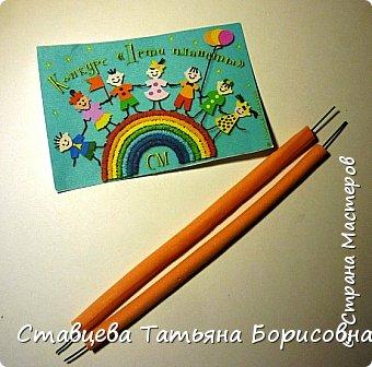 Добрый день или вечер, Страна мастеров! Мы хотим рассказать Вам одну на наш взгляд поучительную сказку для малышей и не только, придуманную нами.  Как-то раз ранней весной одна юная крымчанка   решила сходить в лес и нарвать корзинку первых весенних цветов. Одни за другими в Крымских  горных лесах  расцветают прекрасные создания природы:  и подснежники, и пролески, и крокусы разных видов, и примула и многие другие  цветы. Девочка так увлеклась любованием природной красоты, что не заметила, как оказалась на чудо - полянке. И перед её глазами как будто из маленького белоснежного  цветка появилась Волшебная Фея. В руках она держала лейку, из которой, будто ручьём, вытекали сказочно красивые цветы, и полянка сразу ожила и засверкала различными природными красками. Девочка попросила  у Феи разрешения  нарвать немного  цветов в свою корзинку. А Волшебная Фея улыбнулась в ответ и  сказала:  «Как прекрасен этот мир                              – посмотри! Ты весенних первоцветов                                      – не губи! И тогда наш шар земной                                 зацветёт, Будто встанут все цветы в                                  хоровод!» Это была Фея Первоцветов, которая сажала цветы и ухаживала за ними на нашей самой прекрасной Планете – Земля.  И тогда  девочка поняла, что если каждый гость леса будет рвать для себя даже самый малый букетик, то наши полянки, леса и луга опустеют и всему Живому на Земле станет очень  грустно!  И юная девочка для себя решила, что, немного пофантазировав,  можно сделать красивые цветы из любого материала – из бумаги, ткани,  ракушек,  фоамирана и порадовать своих близких такими замечательными букетами!   фото 5
