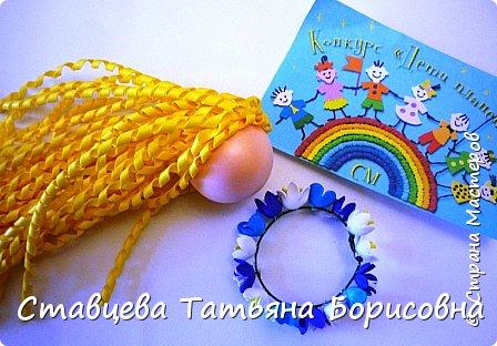 Добрый день или вечер, Страна мастеров! Мы хотим рассказать Вам одну на наш взгляд поучительную сказку для малышей и не только, придуманную нами.  Как-то раз ранней весной одна юная крымчанка   решила сходить в лес и нарвать корзинку первых весенних цветов. Одни за другими в Крымских  горных лесах  расцветают прекрасные создания природы:  и подснежники, и пролески, и крокусы разных видов, и примула и многие другие  цветы. Девочка так увлеклась любованием природной красоты, что не заметила, как оказалась на чудо - полянке. И перед её глазами как будто из маленького белоснежного  цветка появилась Волшебная Фея. В руках она держала лейку, из которой, будто ручьём, вытекали сказочно красивые цветы, и полянка сразу ожила и засверкала различными природными красками. Девочка попросила  у Феи разрешения  нарвать немного  цветов в свою корзинку. А Волшебная Фея улыбнулась в ответ и  сказала:  «Как прекрасен этот мир                              – посмотри! Ты весенних первоцветов                                      – не губи! И тогда наш шар земной                                 зацветёт, Будто встанут все цветы в                                  хоровод!» Это была Фея Первоцветов, которая сажала цветы и ухаживала за ними на нашей самой прекрасной Планете – Земля.  И тогда  девочка поняла, что если каждый гость леса будет рвать для себя даже самый малый букетик, то наши полянки, леса и луга опустеют и всему Живому на Земле станет очень  грустно!  И юная девочка для себя решила, что, немного пофантазировав,  можно сделать красивые цветы из любого материала – из бумаги, ткани,  ракушек,  фоамирана и порадовать своих близких такими замечательными букетами!   фото 12