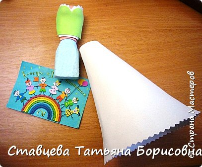 Добрый день или вечер, Страна мастеров! Мы хотим рассказать Вам одну на наш взгляд поучительную сказку для малышей и не только, придуманную нами.  Как-то раз ранней весной одна юная крымчанка   решила сходить в лес и нарвать корзинку первых весенних цветов. Одни за другими в Крымских  горных лесах  расцветают прекрасные создания природы:  и подснежники, и пролески, и крокусы разных видов, и примула и многие другие  цветы. Девочка так увлеклась любованием природной красоты, что не заметила, как оказалась на чудо - полянке. И перед её глазами как будто из маленького белоснежного  цветка появилась Волшебная Фея. В руках она держала лейку, из которой, будто ручьём, вытекали сказочно красивые цветы, и полянка сразу ожила и засверкала различными природными красками. Девочка попросила  у Феи разрешения  нарвать немного  цветов в свою корзинку. А Волшебная Фея улыбнулась в ответ и  сказала:  «Как прекрасен этот мир                              – посмотри! Ты весенних первоцветов                                      – не губи! И тогда наш шар земной                                 зацветёт, Будто встанут все цветы в                                  хоровод!» Это была Фея Первоцветов, которая сажала цветы и ухаживала за ними на нашей самой прекрасной Планете – Земля.  И тогда  девочка поняла, что если каждый гость леса будет рвать для себя даже самый малый букетик, то наши полянки, леса и луга опустеют и всему Живому на Земле станет очень  грустно!  И юная девочка для себя решила, что, немного пофантазировав,  можно сделать красивые цветы из любого материала – из бумаги, ткани,  ракушек,  фоамирана и порадовать своих близких такими замечательными букетами!   фото 13