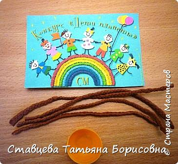 Добрый день или вечер, Страна мастеров! Мы хотим рассказать Вам одну на наш взгляд поучительную сказку для малышей и не только, придуманную нами.  Как-то раз ранней весной одна юная крымчанка   решила сходить в лес и нарвать корзинку первых весенних цветов. Одни за другими в Крымских  горных лесах  расцветают прекрасные создания природы:  и подснежники, и пролески, и крокусы разных видов, и примула и многие другие  цветы. Девочка так увлеклась любованием природной красоты, что не заметила, как оказалась на чудо - полянке. И перед её глазами как будто из маленького белоснежного  цветка появилась Волшебная Фея. В руках она держала лейку, из которой, будто ручьём, вытекали сказочно красивые цветы, и полянка сразу ожила и засверкала различными природными красками. Девочка попросила  у Феи разрешения  нарвать немного  цветов в свою корзинку. А Волшебная Фея улыбнулась в ответ и  сказала:  «Как прекрасен этот мир                              – посмотри! Ты весенних первоцветов                                      – не губи! И тогда наш шар земной                                 зацветёт, Будто встанут все цветы в                                  хоровод!» Это была Фея Первоцветов, которая сажала цветы и ухаживала за ними на нашей самой прекрасной Планете – Земля.  И тогда  девочка поняла, что если каждый гость леса будет рвать для себя даже самый малый букетик, то наши полянки, леса и луга опустеют и всему Живому на Земле станет очень  грустно!  И юная девочка для себя решила, что, немного пофантазировав,  можно сделать красивые цветы из любого материала – из бумаги, ткани,  ракушек,  фоамирана и порадовать своих близких такими замечательными букетами!   фото 9