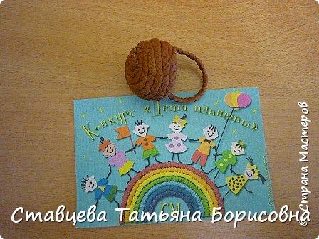 Добрый день или вечер, Страна мастеров! Мы хотим рассказать Вам одну на наш взгляд поучительную сказку для малышей и не только, придуманную нами.  Как-то раз ранней весной одна юная крымчанка   решила сходить в лес и нарвать корзинку первых весенних цветов. Одни за другими в Крымских  горных лесах  расцветают прекрасные создания природы:  и подснежники, и пролески, и крокусы разных видов, и примула и многие другие  цветы. Девочка так увлеклась любованием природной красоты, что не заметила, как оказалась на чудо - полянке. И перед её глазами как будто из маленького белоснежного  цветка появилась Волшебная Фея. В руках она держала лейку, из которой, будто ручьём, вытекали сказочно красивые цветы, и полянка сразу ожила и засверкала различными природными красками. Девочка попросила  у Феи разрешения  нарвать немного  цветов в свою корзинку. А Волшебная Фея улыбнулась в ответ и  сказала:  «Как прекрасен этот мир                              – посмотри! Ты весенних первоцветов                                      – не губи! И тогда наш шар земной                                 зацветёт, Будто встанут все цветы в                                  хоровод!» Это была Фея Первоцветов, которая сажала цветы и ухаживала за ними на нашей самой прекрасной Планете – Земля.  И тогда  девочка поняла, что если каждый гость леса будет рвать для себя даже самый малый букетик, то наши полянки, леса и луга опустеют и всему Живому на Земле станет очень  грустно!  И юная девочка для себя решила, что, немного пофантазировав,  можно сделать красивые цветы из любого материала – из бумаги, ткани,  ракушек,  фоамирана и порадовать своих близких такими замечательными букетами!   фото 10