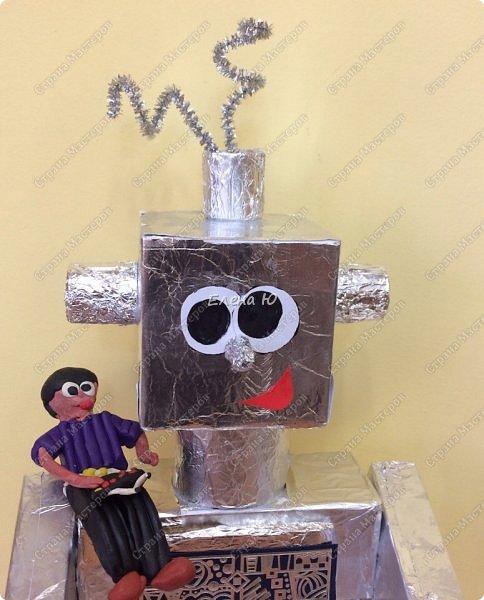 Ксюша считает, что в будущем у каждого ребенка будет свой большой и добрый робот -помощник.  фото 3
