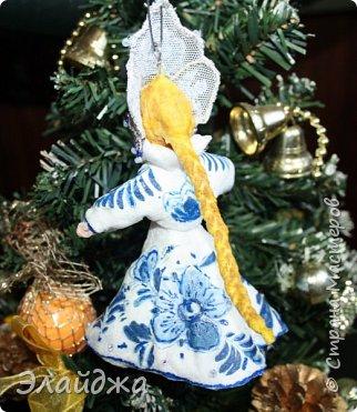 """Кокошник, известный на Руси еще в XVII веке, в XVIII—XIX веках был одним из самых распространенных русских головных уборов. И в наше время он является символом русского женского национального костюма.Долгое время кокошник был частью не только народного костюма, его носили царицы, боярыни и боярышни. Само слово """"кокошник"""" происходит от славянского """"кокош"""", обозначавшего курицу   Богато рассшитые кокошники одевались по праздникам и стоили больших денег. ведь расшивали его  жемчугами и драгоценными каменьями, а нитки использовались даже серебрянные и золотые. Такие кокошники передавались по наследству Головной убор составлял важную часть женского русского костюма, он издавна считался оберегом от злых чар фото 10"""