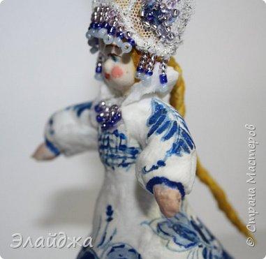 """Кокошник, известный на Руси еще в XVII веке, в XVIII—XIX веках был одним из самых распространенных русских головных уборов. И в наше время он является символом русского женского национального костюма.Долгое время кокошник был частью не только народного костюма, его носили царицы, боярыни и боярышни. Само слово """"кокошник"""" происходит от славянского """"кокош"""", обозначавшего курицу   Богато рассшитые кокошники одевались по праздникам и стоили больших денег. ведь расшивали его  жемчугами и драгоценными каменьями, а нитки использовались даже серебрянные и золотые. Такие кокошники передавались по наследству Головной убор составлял важную часть женского русского костюма, он издавна считался оберегом от злых чар фото 13"""