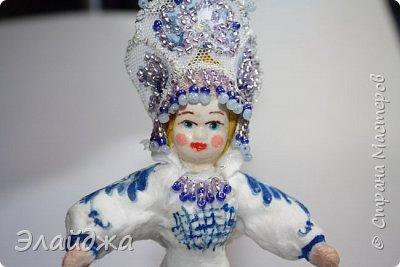 """Кокошник, известный на Руси еще в XVII веке, в XVIII—XIX веках был одним из самых распространенных русских головных уборов. И в наше время он является символом русского женского национального костюма.Долгое время кокошник был частью не только народного костюма, его носили царицы, боярыни и боярышни. Само слово """"кокошник"""" происходит от славянского """"кокош"""", обозначавшего курицу   Богато рассшитые кокошники одевались по праздникам и стоили больших денег. ведь расшивали его  жемчугами и драгоценными каменьями, а нитки использовались даже серебрянные и золотые. Такие кокошники передавались по наследству Головной убор составлял важную часть женского русского костюма, он издавна считался оберегом от злых чар фото 12"""