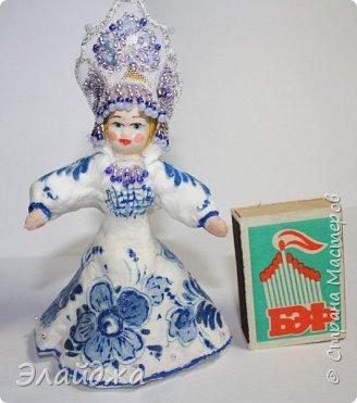 """Кокошник, известный на Руси еще в XVII веке, в XVIII—XIX веках был одним из самых распространенных русских головных уборов. И в наше время он является символом русского женского национального костюма.Долгое время кокошник был частью не только народного костюма, его носили царицы, боярыни и боярышни. Само слово """"кокошник"""" происходит от славянского """"кокош"""", обозначавшего курицу   Богато рассшитые кокошники одевались по праздникам и стоили больших денег. ведь расшивали его  жемчугами и драгоценными каменьями, а нитки использовались даже серебрянные и золотые. Такие кокошники передавались по наследству Головной убор составлял важную часть женского русского костюма, он издавна считался оберегом от злых чар фото 11"""