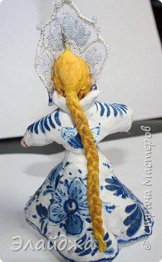 """Кокошник, известный на Руси еще в XVII веке, в XVIII—XIX веках был одним из самых распространенных русских головных уборов. И в наше время он является символом русского женского национального костюма.Долгое время кокошник был частью не только народного костюма, его носили царицы, боярыни и боярышни. Само слово """"кокошник"""" происходит от славянского """"кокош"""", обозначавшего курицу   Богато рассшитые кокошники одевались по праздникам и стоили больших денег. ведь расшивали его  жемчугами и драгоценными каменьями, а нитки использовались даже серебрянные и золотые. Такие кокошники передавались по наследству Головной убор составлял важную часть женского русского костюма, он издавна считался оберегом от злых чар фото 14"""