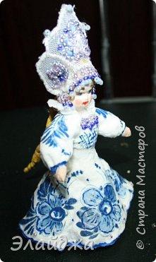 """Кокошник, известный на Руси еще в XVII веке, в XVIII—XIX веках был одним из самых распространенных русских головных уборов. И в наше время он является символом русского женского национального костюма.Долгое время кокошник был частью не только народного костюма, его носили царицы, боярыни и боярышни. Само слово """"кокошник"""" происходит от славянского """"кокош"""", обозначавшего курицу   Богато рассшитые кокошники одевались по праздникам и стоили больших денег. ведь расшивали его  жемчугами и драгоценными каменьями, а нитки использовались даже серебрянные и золотые. Такие кокошники передавались по наследству Головной убор составлял важную часть женского русского костюма, он издавна считался оберегом от злых чар фото 15"""