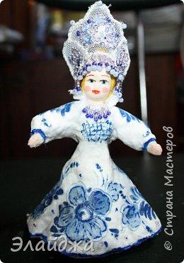 """Кокошник, известный на Руси еще в XVII веке, в XVIII—XIX веках был одним из самых распространенных русских головных уборов. И в наше время он является символом русского женского национального костюма.Долгое время кокошник был частью не только народного костюма, его носили царицы, боярыни и боярышни. Само слово """"кокошник"""" происходит от славянского """"кокош"""", обозначавшего курицу   Богато рассшитые кокошники одевались по праздникам и стоили больших денег. ведь расшивали его  жемчугами и драгоценными каменьями, а нитки использовались даже серебрянные и золотые. Такие кокошники передавались по наследству Головной убор составлял важную часть женского русского костюма, он издавна считался оберегом от злых чар фото 19"""