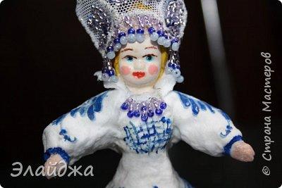 """Кокошник, известный на Руси еще в XVII веке, в XVIII—XIX веках был одним из самых распространенных русских головных уборов. И в наше время он является символом русского женского национального костюма.Долгое время кокошник был частью не только народного костюма, его носили царицы, боярыни и боярышни. Само слово """"кокошник"""" происходит от славянского """"кокош"""", обозначавшего курицу   Богато рассшитые кокошники одевались по праздникам и стоили больших денег. ведь расшивали его  жемчугами и драгоценными каменьями, а нитки использовались даже серебрянные и золотые. Такие кокошники передавались по наследству Головной убор составлял важную часть женского русского костюма, он издавна считался оберегом от злых чар фото 16"""