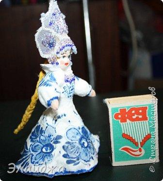 """Кокошник, известный на Руси еще в XVII веке, в XVIII—XIX веках был одним из самых распространенных русских головных уборов. И в наше время он является символом русского женского национального костюма.Долгое время кокошник был частью не только народного костюма, его носили царицы, боярыни и боярышни. Само слово """"кокошник"""" происходит от славянского """"кокош"""", обозначавшего курицу   Богато рассшитые кокошники одевались по праздникам и стоили больших денег. ведь расшивали его  жемчугами и драгоценными каменьями, а нитки использовались даже серебрянные и золотые. Такие кокошники передавались по наследству Головной убор составлял важную часть женского русского костюма, он издавна считался оберегом от злых чар фото 18"""