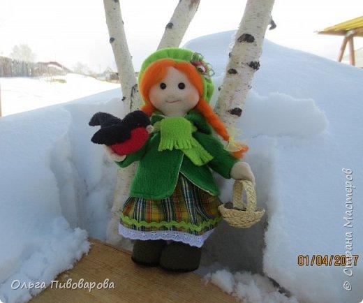 Здравствуйте, мастера!!! Моя девочка кормит снегиря, заботится о птичке.  Наша Даша вышла в сад,  В корзинке семечки лежат.  К Даше птичка прилетела  На ладошку тихо села. фото 1