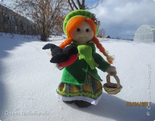 Здравствуйте, мастера!!! Моя девочка кормит снегиря, заботится о птичке.  Наша Даша вышла в сад,  В корзинке семечки лежат.  К Даше птичка прилетела  На ладошку тихо села. фото 2