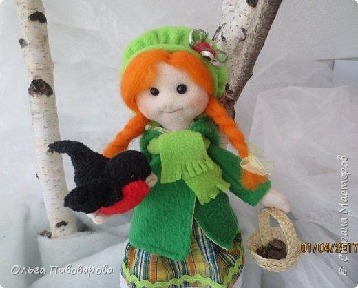 Здравствуйте, мастера!!! Моя девочка кормит снегиря, заботится о птичке.  Наша Даша вышла в сад,  В корзинке семечки лежат.  К Даше птичка прилетела  На ладошку тихо села. фото 3