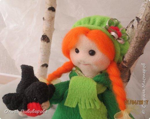 Здравствуйте, мастера!!! Моя девочка кормит снегиря, заботится о птичке.  Наша Даша вышла в сад,  В корзинке семечки лежат.  К Даше птичка прилетела  На ладошку тихо села. фото 8