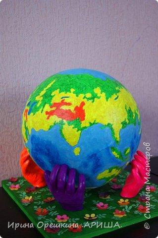 """""""Наша планета в руках наших детей"""" - так звучит название работы. Она передает, то что состояние нашей планеты зависит от наших детей. Как мы научим детей беречь нашу планету, поддерживать чистоту, гуманно относится к флоре и фауне, охранять ее ресурсы и рационально их использовать, это даст возможность сохранить нашу планету как можно дольше. фото 1"""