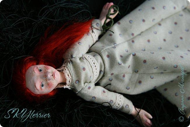 Она сидела на лужайке и листала книгу. Свою самую любимую, зачитанную до дыр и почти заученную наизусть...  фото 3