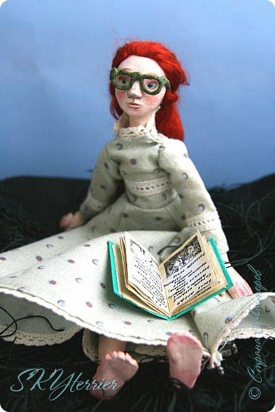 Она сидела на лужайке и листала книгу. Свою самую любимую, зачитанную до дыр и почти заученную наизусть...  фото 1