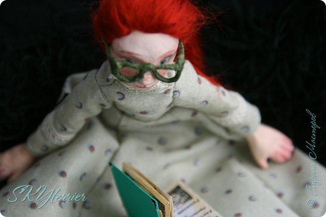 Она сидела на лужайке и листала книгу. Свою самую любимую, зачитанную до дыр и почти заученную наизусть...  фото 2